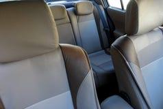 Δύο χρωματισμένα καθίσματα και Armrest αυτοκινήτων δέρματος στο εσωτερικό αυτοκινήτων λεπτομερές Στοκ εικόνα με δικαίωμα ελεύθερης χρήσης