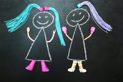 Δύο χρωματισμένη κούκλα με τις πλεξίδες σε ένα μαύρο υπόβαθρο ελεύθερη απεικόνιση δικαιώματος