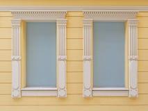 Δύο χτισμένα παράθυρα ανοικτό μπλε που χρωματίζει με το εκλεκτής ποιότητας άσπρο πλαίσιο Στοκ Εικόνες