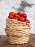 Δύο ψάθινα καλάθια που συσσωρεύονται με τις ντομάτες κερασιών pachino Στοκ φωτογραφία με δικαίωμα ελεύθερης χρήσης