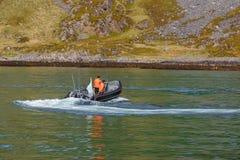 Δύο ψαράδες πλέουν με μια βάρκα μηχανών Στοκ Φωτογραφίες