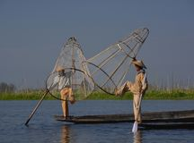 Δύο ψαράδες που χρησιμοποιούν την παραδοσιακή μέθοδο λίμνης Inle στοκ εικόνα με δικαίωμα ελεύθερης χρήσης