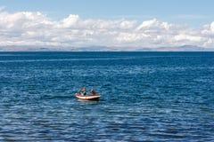 Δύο ψαράδες σε μια βάρκα στο νησί Amantani, λίμνη Titicaca, Περού στοκ φωτογραφία με δικαίωμα ελεύθερης χρήσης