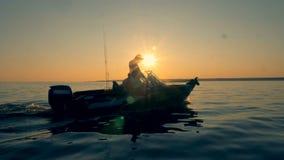 Δύο ψαράδες ψάχνουν μια θέση για την αλιεία πλέοντας με ένα ταχύπλοο απόθεμα βίντεο