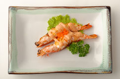 Δύο ψημένες στη σχάρα γαρίδες σε ένα πιάτο Στοκ Εικόνες