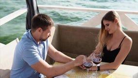 Δύο ψυχές αγάπης μιλούν ο ένας στον άλλο στο εστιατόριο απόθεμα βίντεο