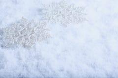 Δύο όμορφα λαμπιρίζοντας εκλεκτής ποιότητας snowflakes σε ένα άσπρο υπόβαθρο χιονιού παγετού Έννοια χειμώνα και Χριστουγέννων Στοκ Εικόνες