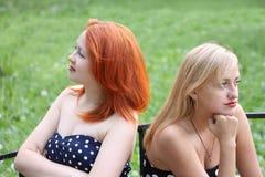 Δύο όμορφα κορίτσια παίρνουν την παράβαση το ένα στο άλλο στοκ εικόνες με δικαίωμα ελεύθερης χρήσης