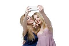 Δύο όμορφα κορίτσια που κάνουν selfie στοκ εικόνα
