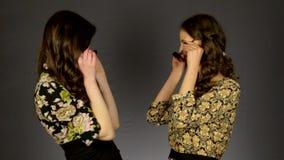Δύο όμορφα κορίτσια που φορούν τα γυαλιά ηλίου απόθεμα βίντεο