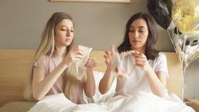 Δύο όμορφα κορίτσια που φορούν τις μάσκες ύπνου απόθεμα βίντεο