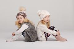 Δύο όμορφα κορίτσια στο άσπρο υπόβαθρο Στοκ Φωτογραφία