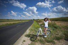 Δύο όμορφα κορίτσια στο γύρο ποδηλάτων στοκ εικόνες