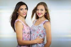 Δύο όμορφα κορίτσια στοκ φωτογραφία με δικαίωμα ελεύθερης χρήσης