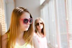 Δύο όμορφα ξανθά έφηβη που στέκονται στην απόσταση που ανατρέπεται Στοκ εικόνα με δικαίωμα ελεύθερης χρήσης