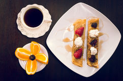 Δύο όμορφα crepes οι τηγανίτες στο άσπρο πιάτο Στοκ Φωτογραφία