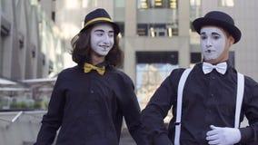 Δύο όμορφα mimes στα καπέλα απόθεμα βίντεο