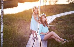 Δύο όμορφες αδελφές που στέκονται στα πλαίσια ενός όμορφου τοπίου, περίπατος στον τομέα κοντά σε μια λίμνη στο ηλιοβασίλεμα Στοκ φωτογραφία με δικαίωμα ελεύθερης χρήσης
