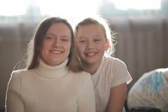 Δύο όμορφες αδελφές blondes που χαμογελούν στα άσπρα ενδύματα Στοκ εικόνα με δικαίωμα ελεύθερης χρήσης