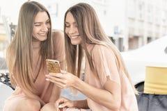 Δύο όμορφες αδελφές διδύμων που ξοδεύουν το χρόνο από κοινού Στοκ Εικόνες