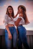 Δύο όμορφες αδελφές στο ηλιοβασίλεμα Στοκ φωτογραφίες με δικαίωμα ελεύθερης χρήσης