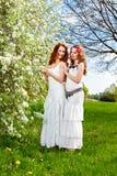 Δύο όμορφες αδελφές υπαίθρια Στοκ εικόνες με δικαίωμα ελεύθερης χρήσης