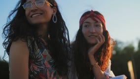 Δύο όμορφες γυναίκες που θέτουν για τη κάμερα απόθεμα βίντεο
