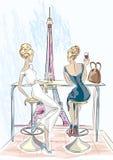 Δύο όμορφες γυναίκες που κάθονται στο κοκτέιλ και το κρασί κατανάλωσης καφέδων εξετάζουν τον πύργο του Άιφελ, Παρίσι Στοκ Φωτογραφίες