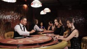 Δύο όμορφες γυναίκες που παίζουν στον πίνακα Blackjack σε μια χαρτοπαικτική λέσχη απόθεμα βίντεο
