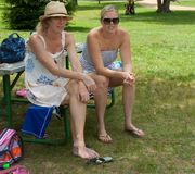 Δύο όμορφες ενήλικες ξανθές γυναίκες με τα χαμόγελα Στοκ Εικόνες