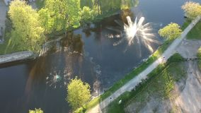 Δύο όμορφες λειτουργώντας πηγές στον ποταμό άνοιξη, εναέρια άποψη απόθεμα βίντεο