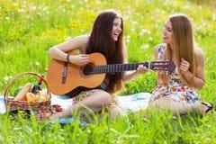 Δύο όμορφες νέες γυναίκες σε ένα πικ-νίκ Στοκ εικόνες με δικαίωμα ελεύθερης χρήσης