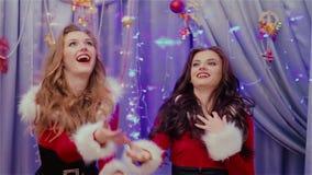 Δύο όμορφες παιγμένες κορίτσια διακοσμήσεις Χριστουγέννων απόθεμα βίντεο