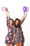 Δύο όμορφες φίλες που έχουν τη διασκέδαση στοκ εικόνα με δικαίωμα ελεύθερης χρήσης