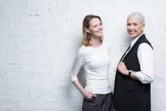 Δύο όμορφες χαμογελώντας γυναίκες που στέκονται από κοινού στοκ φωτογραφίες με δικαίωμα ελεύθερης χρήσης