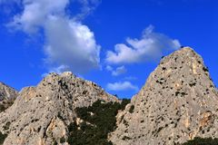 Δύο όμορφοι βουνά και μπλε ουρανός Στοκ Εικόνα