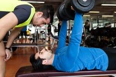 Δύο όμορφοι νεαροί άνδρες που κάνουν τη μυϊκή άσκηση στη γυμναστική Στοκ φωτογραφία με δικαίωμα ελεύθερης χρήσης