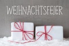 Δύο δώρα με το χιόνι, γιορτή Χριστουγέννων μέσων Weihnachtsfeier Στοκ φωτογραφία με δικαίωμα ελεύθερης χρήσης