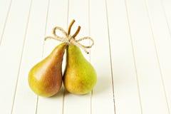 Δύο ώριμα αχλάδια με ένα τόξο Στοκ Εικόνες