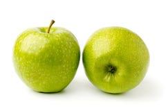 Δύο ώριμη πράσινη Apple σε ένα άσπρο υπόβαθρο Στοκ εικόνα με δικαίωμα ελεύθερης χρήσης