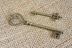 Δύο antiquarian κλειδιά χαλκού burlap Στοκ Φωτογραφία