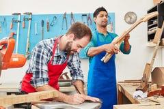 Δύο artisans κάνουν τη νέα κιθάρα Στοκ Εικόνα