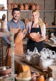 Δύο artisans που έχουν την κεραμική Στοκ φωτογραφίες με δικαίωμα ελεύθερης χρήσης