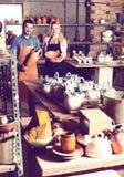 Δύο artisans που έχουν την κεραμική Στοκ Φωτογραφίες