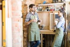 Δύο Artisans που κουβεντιάζουν στο σπάσιμο Στοκ Εικόνες