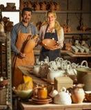 Δύο artisans στο εργαστήριο κεραμικής Στοκ Εικόνες