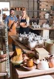 Δύο artisans στο εργαστήριο κεραμικής Στοκ φωτογραφία με δικαίωμα ελεύθερης χρήσης