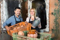 Δύο artisans στο εργαστήριο κεραμικής Στοκ Φωτογραφία