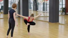 Δύο asanas γιόγκας πρακτικής γυναικών στο κέντρο ικανότητας στο εσωτερικό απόθεμα βίντεο