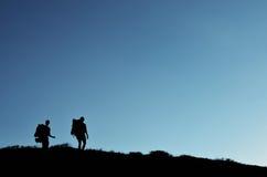 Δύο backpackers που στα βουνά Στοκ φωτογραφίες με δικαίωμα ελεύθερης χρήσης